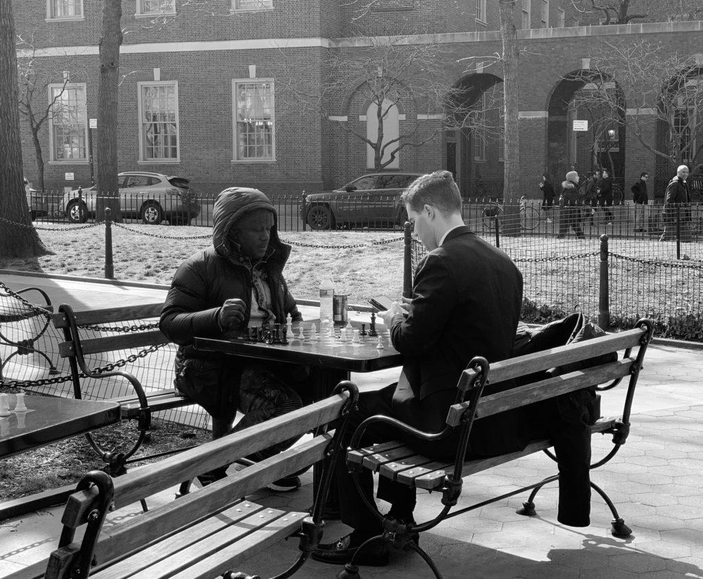 Uomo di colore e ragazzo giocano a scacchi a Washington Square park