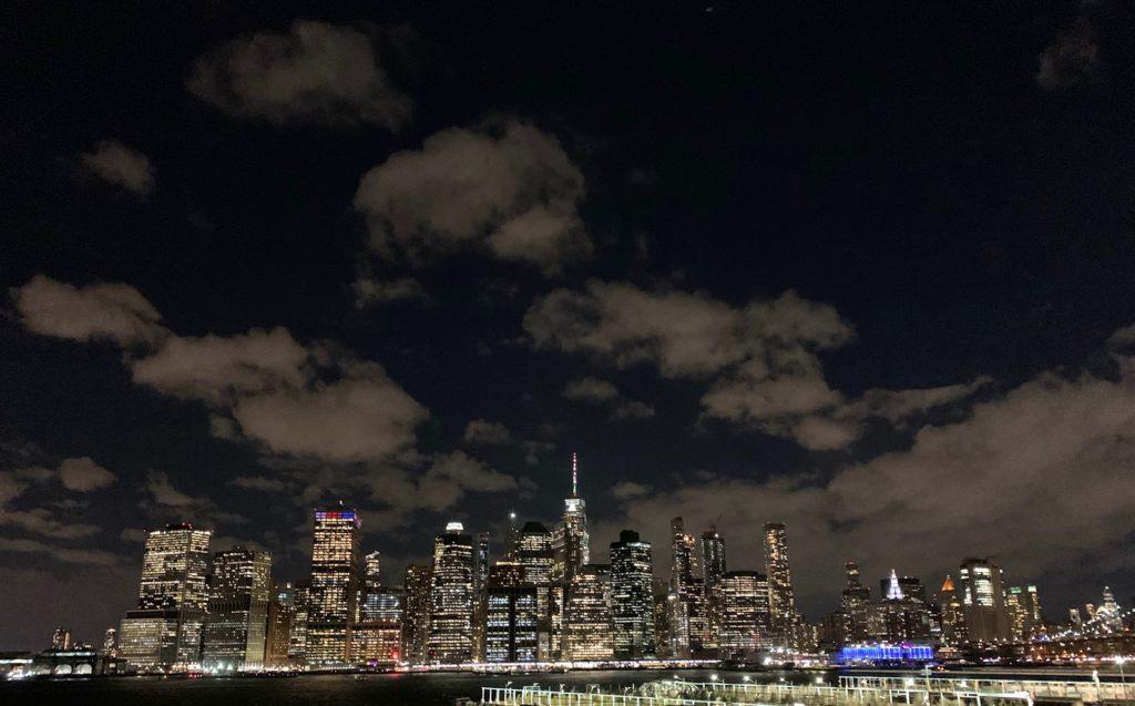 panorama notturno di Manhattan da Brooklyn Heights