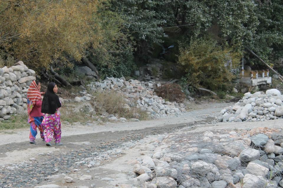 bambine passeggiano nel villaggio di Turtuk