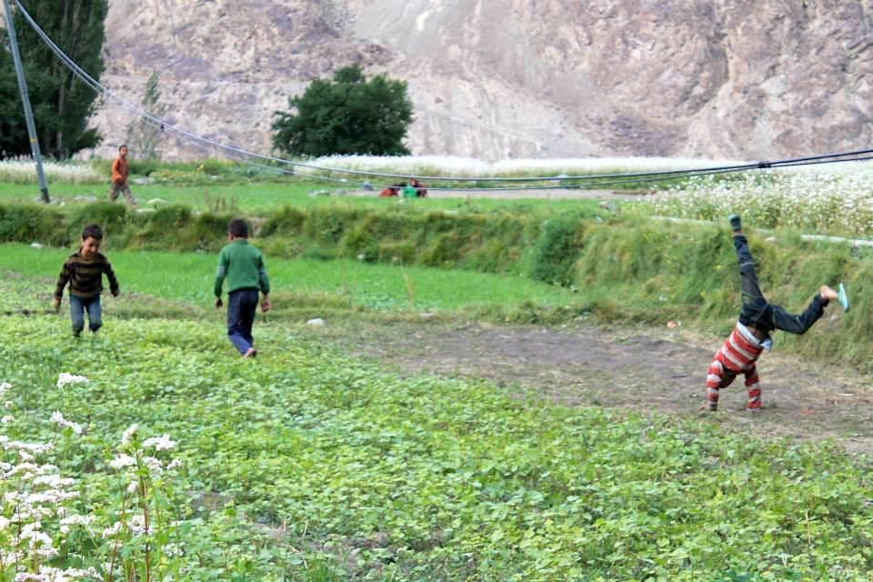 bambini giocano nel prato verde a turtuk
